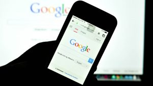 گوشی های هوشمند در سالیان گذشته به طور گسترده ای مورد استقبال همگان قرار گرفته اند و این موضوع باعث شده است که بیشتر فعالیت های اینترنتی نیز از طریق همین دستگاه ها انجام گیرد، هر نوع فعالیت آنلاینی که برای رشد کسب و کار خود انجام میدهید باید به طور قابل قبولی با محیط گوشی های همراه تطابق داشته باشد، به عبارت دیگر مثلا سایت شما باید در مرورگر های گوشی های همره به راحتی قابل استفاده باشد که در غیر این صورت به سرعت مخاطبین بالقوه خود را از دست خواهید داد. کسب و کار های روستایی چهار توصیه برای رشد کسب و کار های روستایی google mobile search ss 1920 300x169